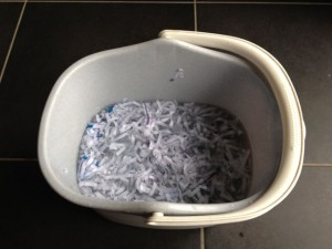 Afval papier weken in water